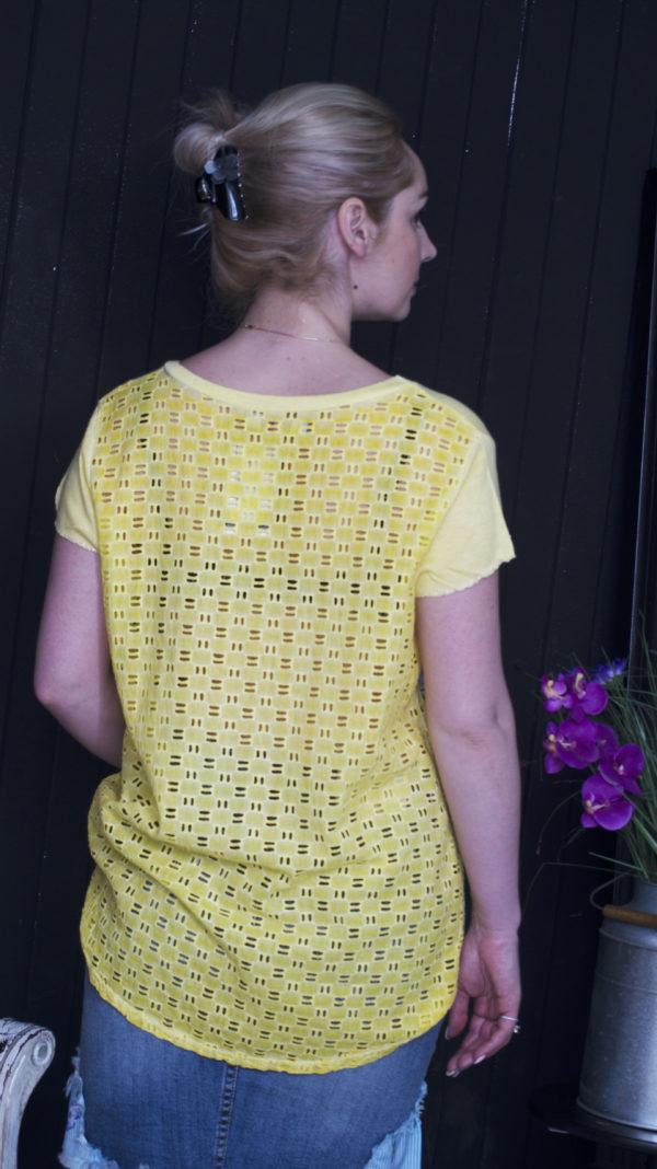 Желтая футболка в горох