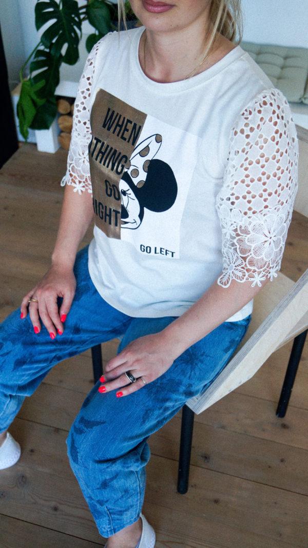 Белая футболка с принтом миккки