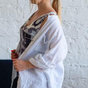 Белая льняная рубашка с кружевом