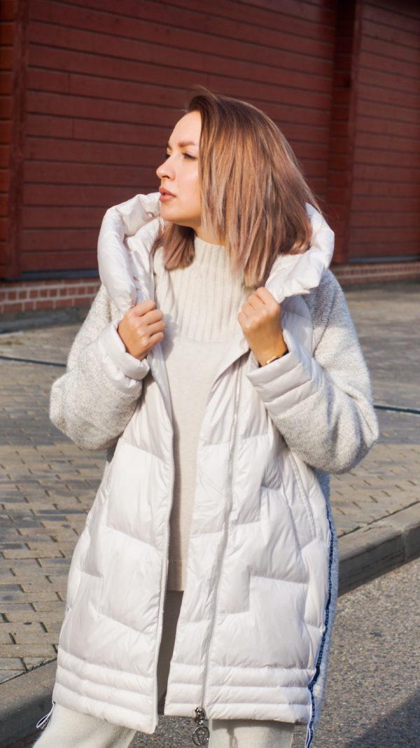 Бежевая куртка с капюшоном