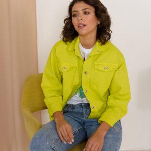 Яркая джинсовая куртка лаймового цвета