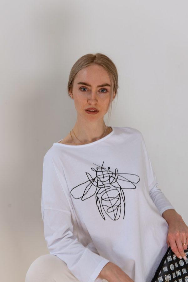 Базовая футболка с длинным спущенным рукавом и минималистичным принтом