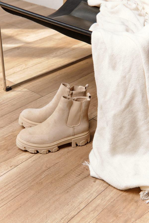 бежевые ботинки на грубой подошве